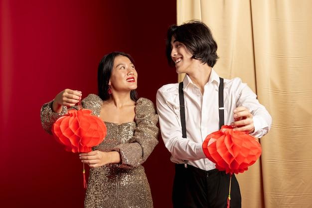 Пара смотрит друг на друга на китайский новый год
