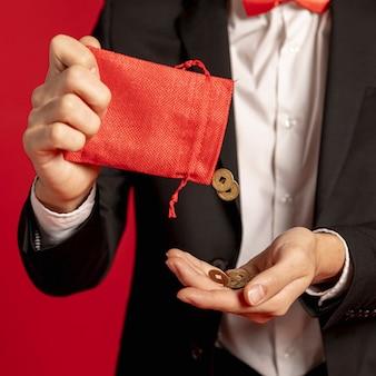中国の旧正月の黄金のコインと赤いバッグのクローズアップ
