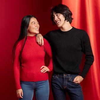 中国の新年のポーズカジュアルなカップル