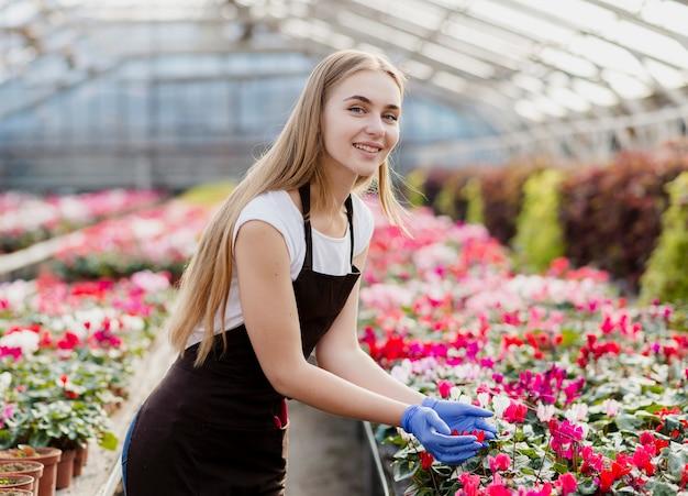 花の世話をするスマイリー女性