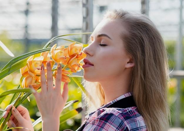 Макро женщина пахнущий цветок