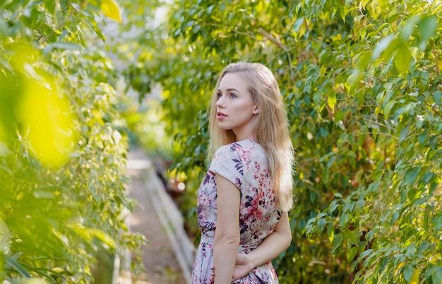 葉を歩く高角の女性