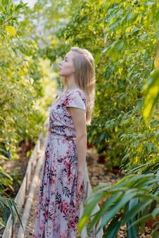 葉の中心でポーズをとってサイドビュー若い女性