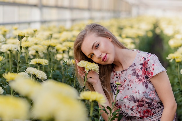 Молодая женщина с головой опираться на цветок