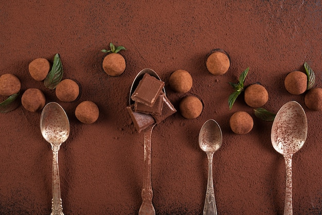 チョコレートバーの正方形とスプーンでトリュフ