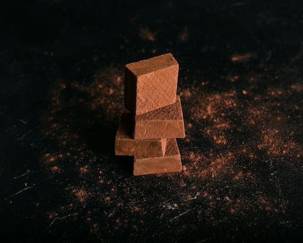 チョコレートワッフルとココアパウダーの塔