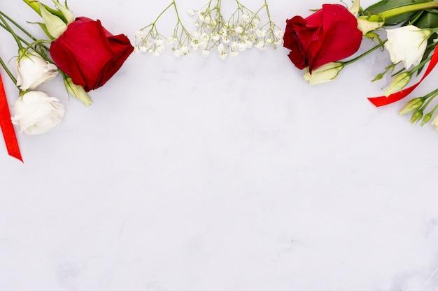 Вид сверху рамка с красивыми цветами и копией пространства