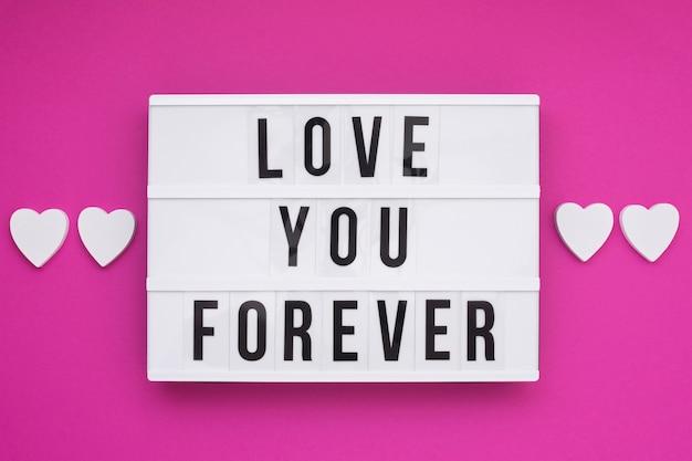 「永遠にあなたを愛して」というメッセージのあるフラットな配置