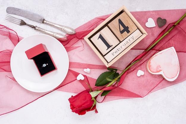 リングとバレンタインの日のトップビューの配置