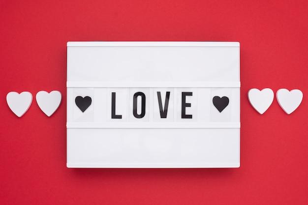 Вид сверху романтическое сообщение с красным фоном