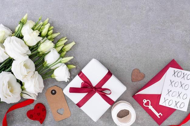 プレゼントと灰色の背景を持つトップビューフレーム