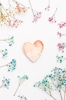 ハート形と花のトップビューの装飾