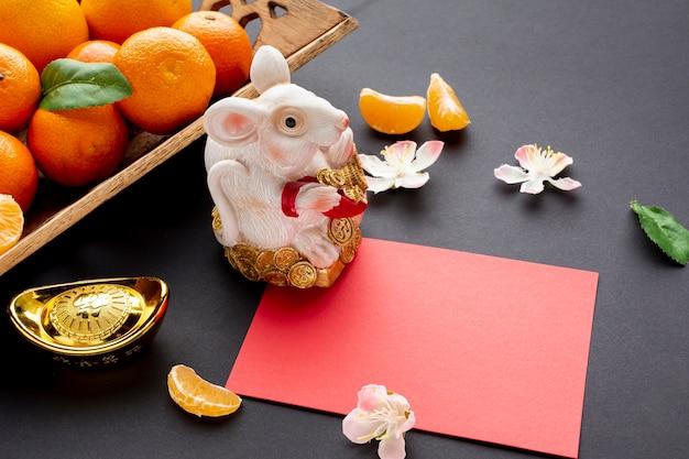 ラットの置物と中国の新年カードモックアップ