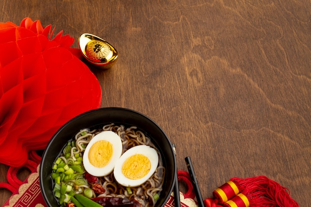 Фонарь и китайское новогоднее блюдо
