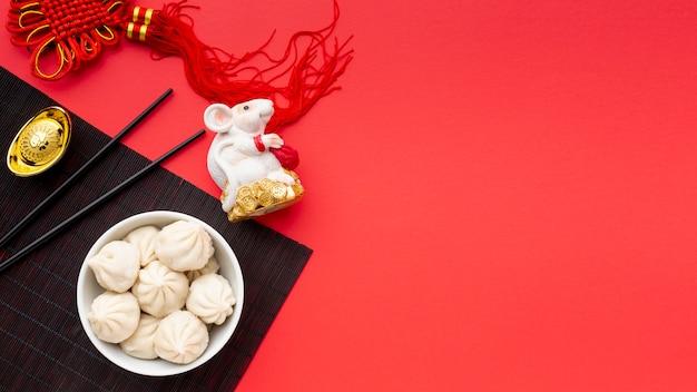 Китайский новый год пельмени с крысиной статуэткой