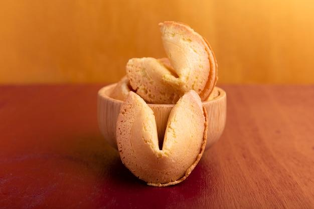 中国の旧正月のための黄金の背景を持つフォーチュンクッキー