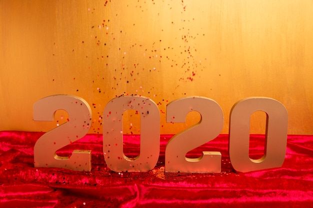 Золотой новый китайский номер года с конфетти