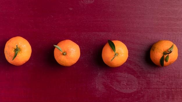 Аранжированный мандарин с красным фоном для китайского нового года