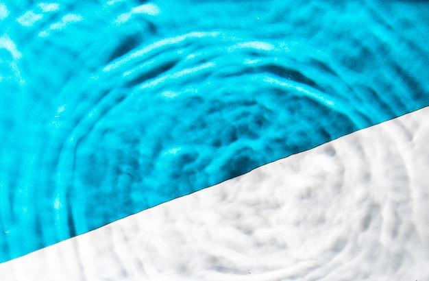 クローズアップの青と白の水リング