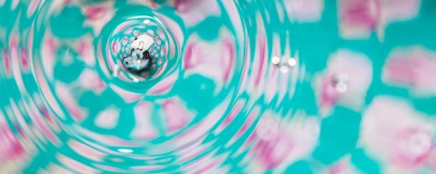 水のサークルとカラフルな背景のプール