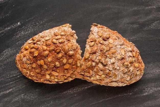 Расколотый хлеб с семечками