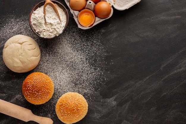 Тесто и булочки с мукой и кунжутом