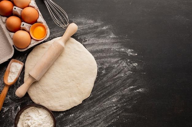 Тесто со скалкой и яйцом