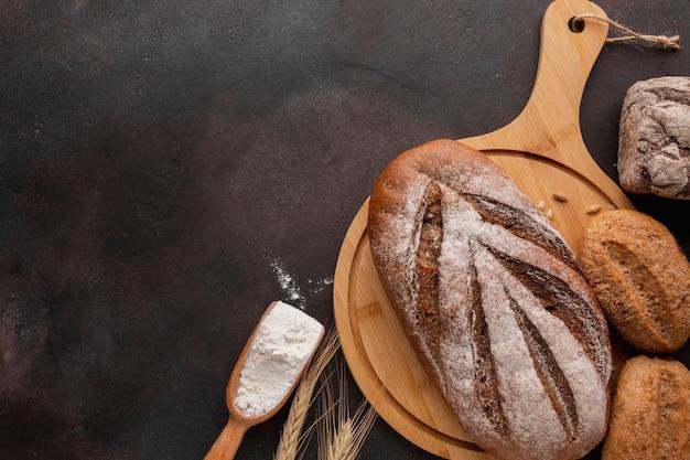 木の板の焼きたてのパンのフラットレイアウト