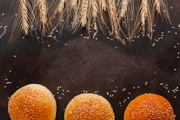 Семена пшеницы и булочки с кунжутом