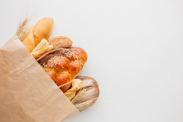 Бумажный пакет с разнообразным хлебом