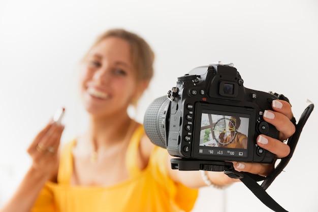 自分を撮影する若いブロガー