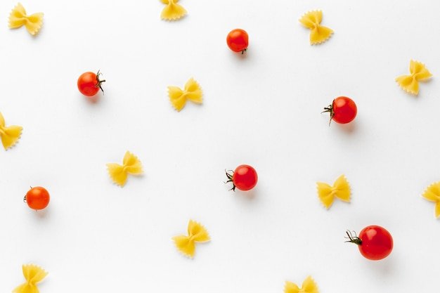 トマトと調理されていないファルファッレの配置