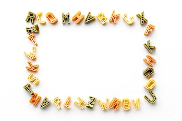 未調理のアルファベットパスタフレーム