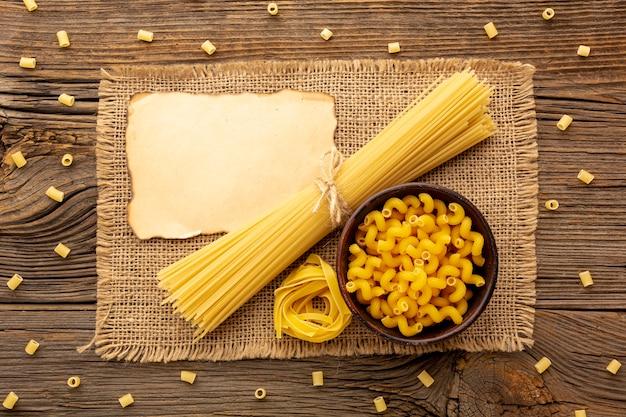 Сырые макароны с макетом из обожженной бумаги