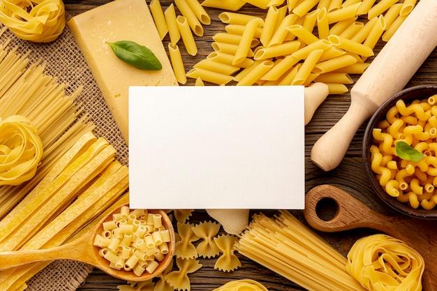 Сырые макароны с макетом белого прямоугольника