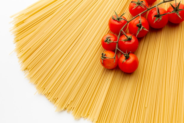 Сырые спагетти с помидорами черри