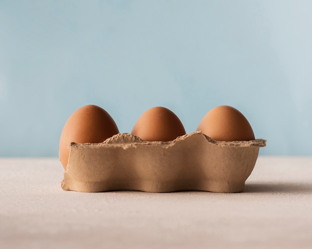 Коробка с коричневыми яйцами, вид спереди