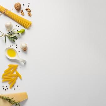 フラットレイアウト未調理スパゲッティペンネとパルメザンコピースペース