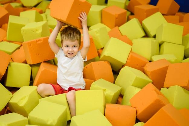 遊び場を楽しんで幸せな幼児