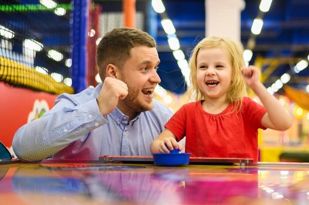 興奮した娘と父のミディアムショット
