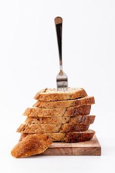 上のフォークとパンのスライスの山