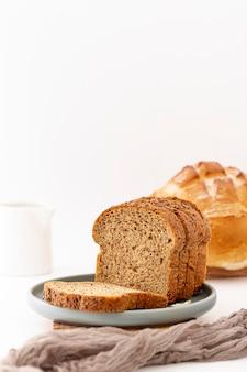 正面の焼きたてのパンのスライスと灰色の布