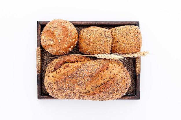 Цельнозерновой хлеб и булочки на корзине