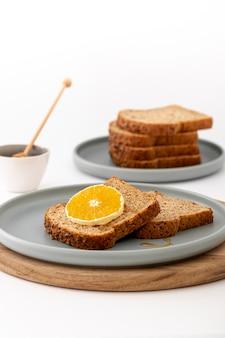 Вкусный завтрак хлеб с ломтиком лимона