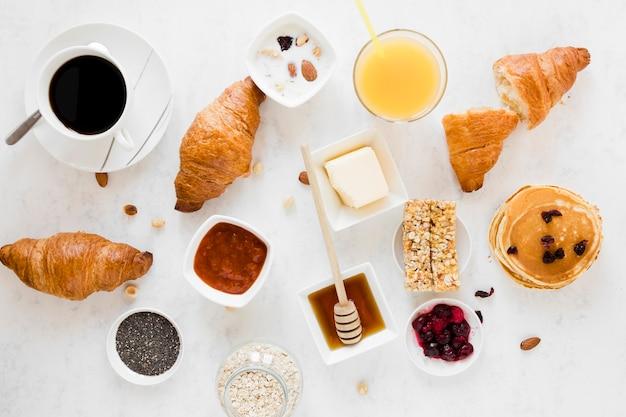 Выпечка с джемом, медом и кофе