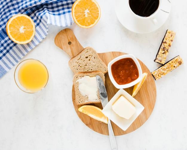 バターとジャム入りのパンのスライス