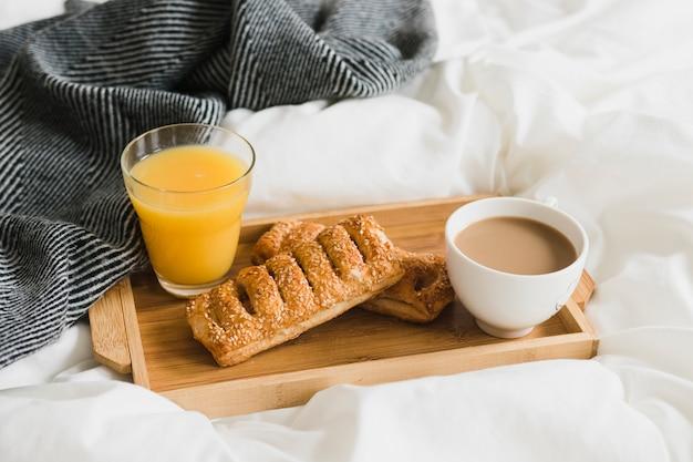 ペストリーのオレンジジュースとコーヒーのハイアングルトレイ