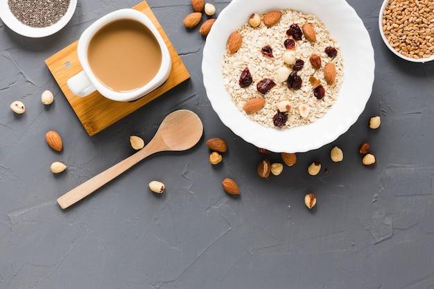 Овес изюм и орехи с кофе