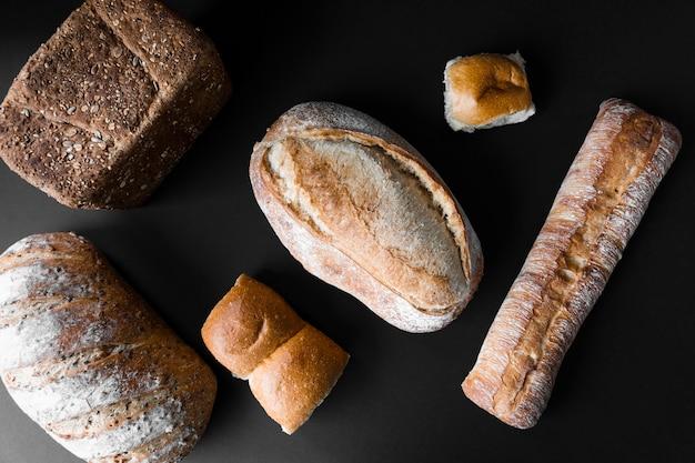 さまざまな種類のおいしいパンのトップビュー