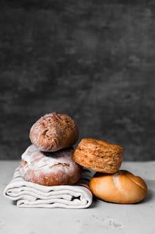 テーブルの上の様々な自家製パン